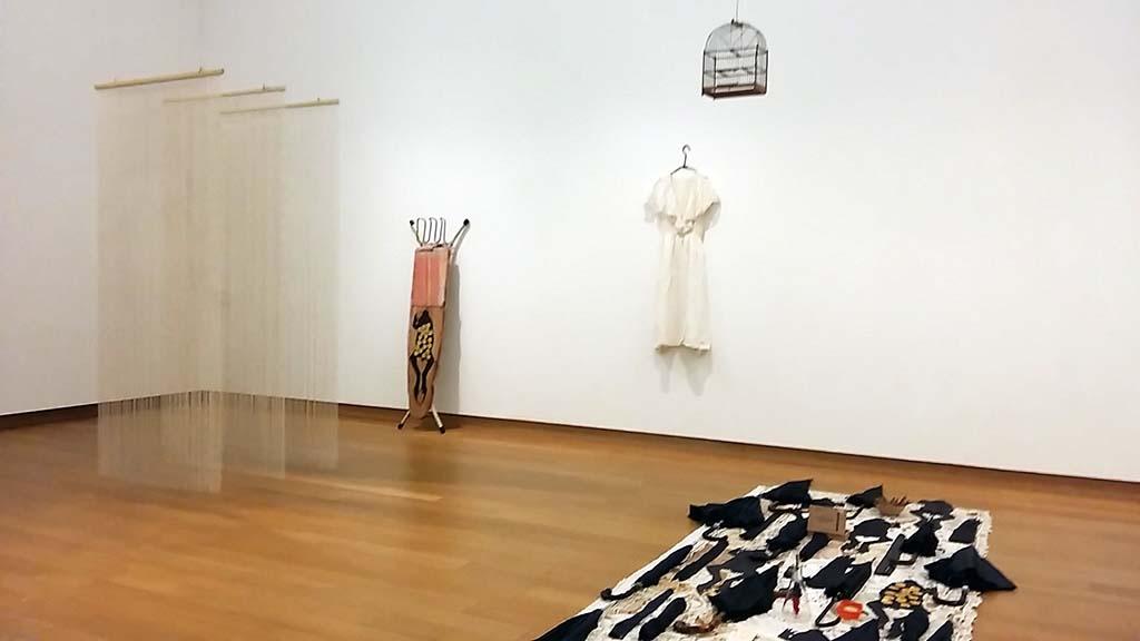 Migratie in de kunst zaal-10-overzicht-diverse-werken-Remy-Jurgerman-coll-Stedelijk-foto-Wilma-Lankhorst