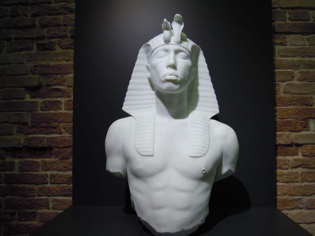 Damien Hirst torso farao-met-tepel-piercing-foto-Wilma-Lankhors