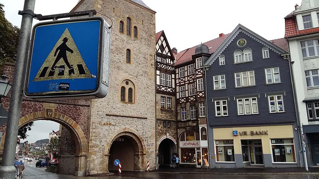 Eisenach-met-mooi-oude-verkeersbord-in-centrum-foto-wilma-Lankhorst.