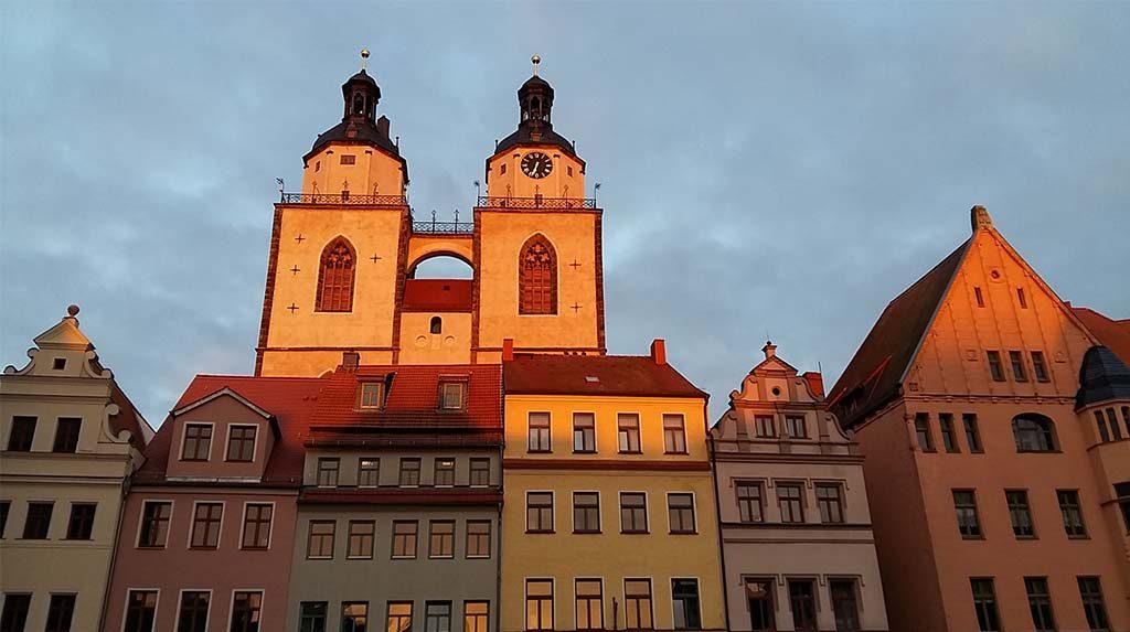 Luther-Wittenberg-torens-van-de-Stadt-Kirche-in-de-avond-zon-foto-Wilma-Lankhorst