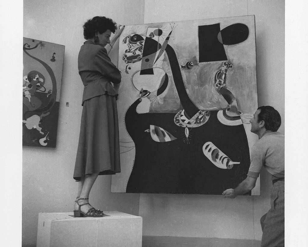 Peggy Guggenheim helpt-zelf-bij-het-ophangen-van-haar-aankopen-1948-foto-Solomon-Guggenheim-Foundation