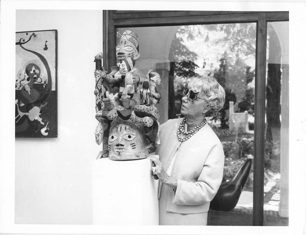 Peggy Guggenheim in-Venetie-1960-collectie-niet-westerse-kunst-foto-Solomon-Guggenheim-Foundation.