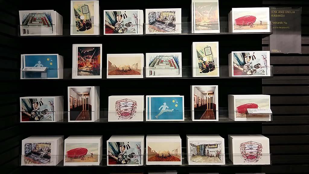 Ilya-and-Emilia-Kabakov-Tate-Modern_museumwinkel-met-ansichten-van-werk-van-de-kunstenaars-foto-Wilma-Lankhorst