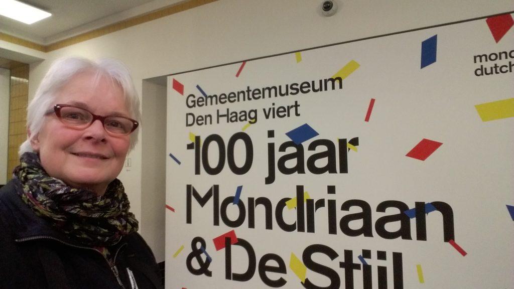 Vrouwen in de Stijl selfie-Wilma-Lankhorst-in-Gemeentemuseum-Den-Haag-Mondriaan-en-Van-der-Leck