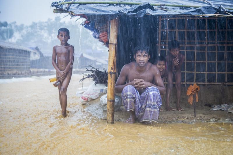 Bangladesh-Myanmar-family-in-rain-2017-©Umberto-Tan-Museum-de-Fundatie