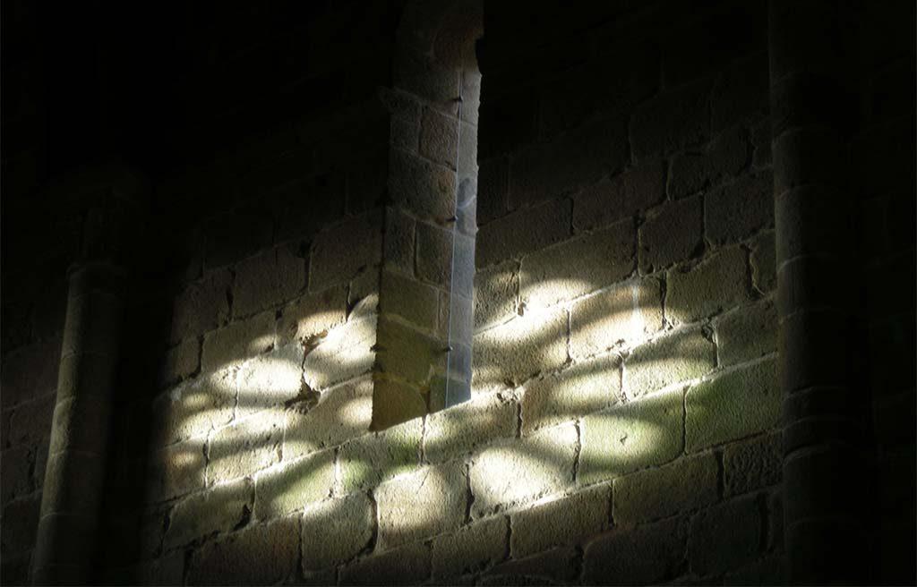 Leven met goden licht-in-kerk-noord-spanje-foto-Wilma-Lankhors