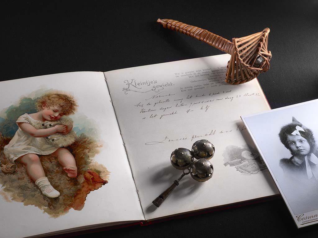 Mata-Hari-expo-Compositie-van-diverse-objecten-gerelateerd-aan-kinderen-van-Margaretha