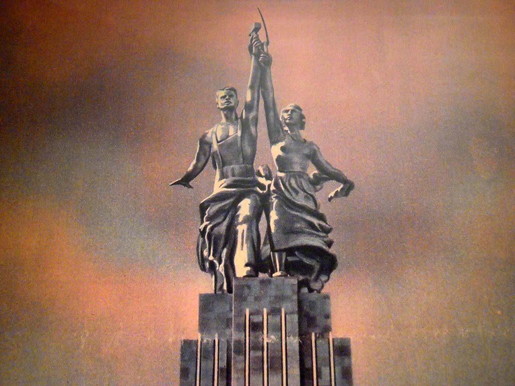 De-arbeider-en-de-boeren-vrouw-Vera-Muhkhina-Wereldtentoonstelling-Parijs-1937