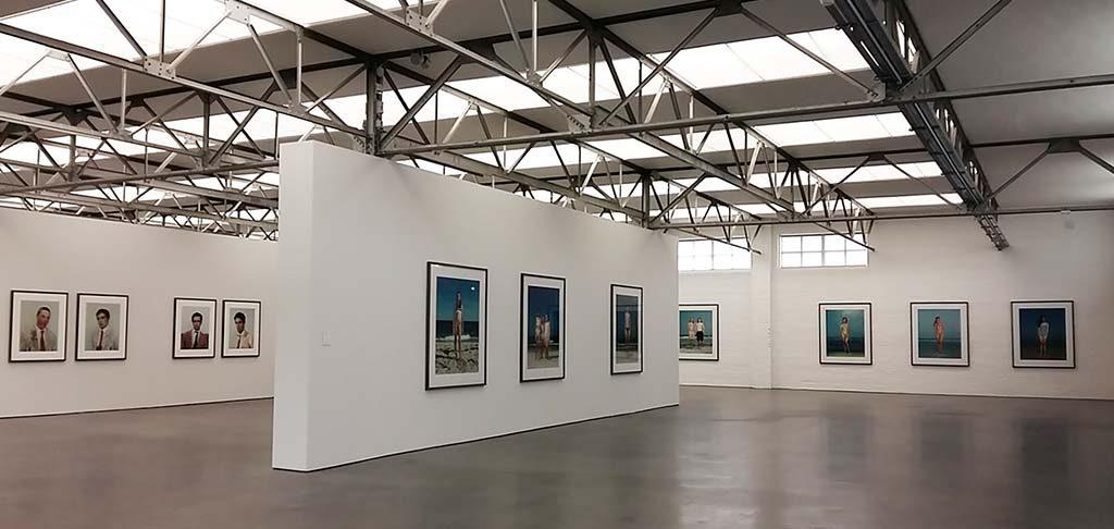 Rineke-Dijkstra-overzicht-zaal-1-Museum-De-Pont-Tilburg-©foto-Wilma-Lankhorst