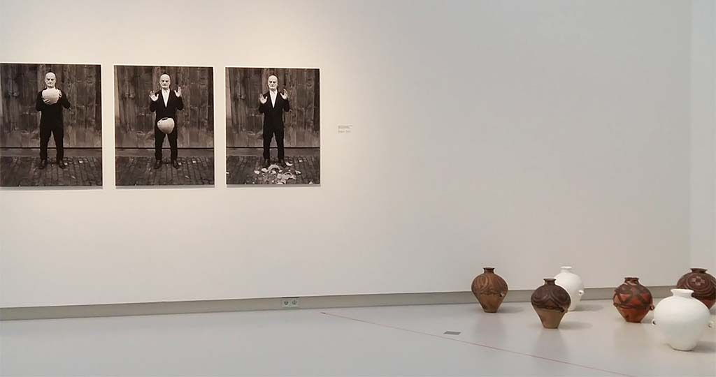 The-Sigg-Collection-l.-Fragments-of-History-2012-©Manuel-Salvisberg-r.-Vases-Whitewash-©AiWeiwei-foto-Wilma-Lankhorst.