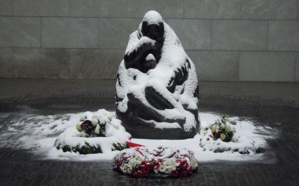 Berlijn-Neue-Wache-Pieta-in-de-sneeuw-2013