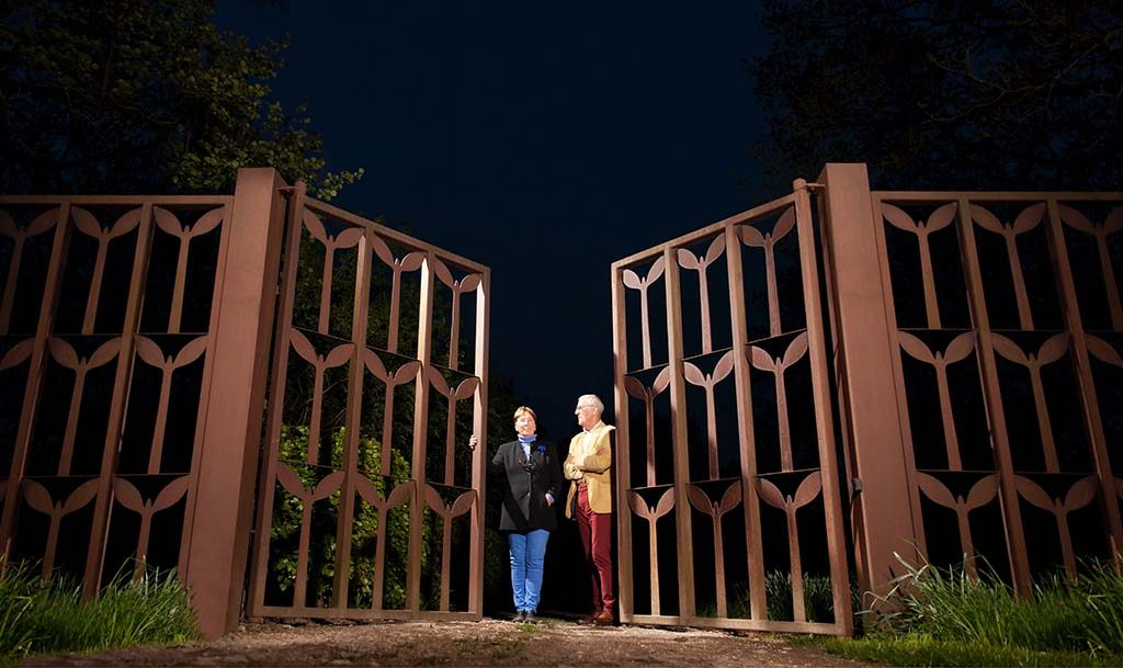 Kunstenaarsduo-Adelheid-en-Huub-Kortekaas-bij-de-poort-van-de-hemel-Tempelhof-©Adelheid-en-Huub-Kortekaas