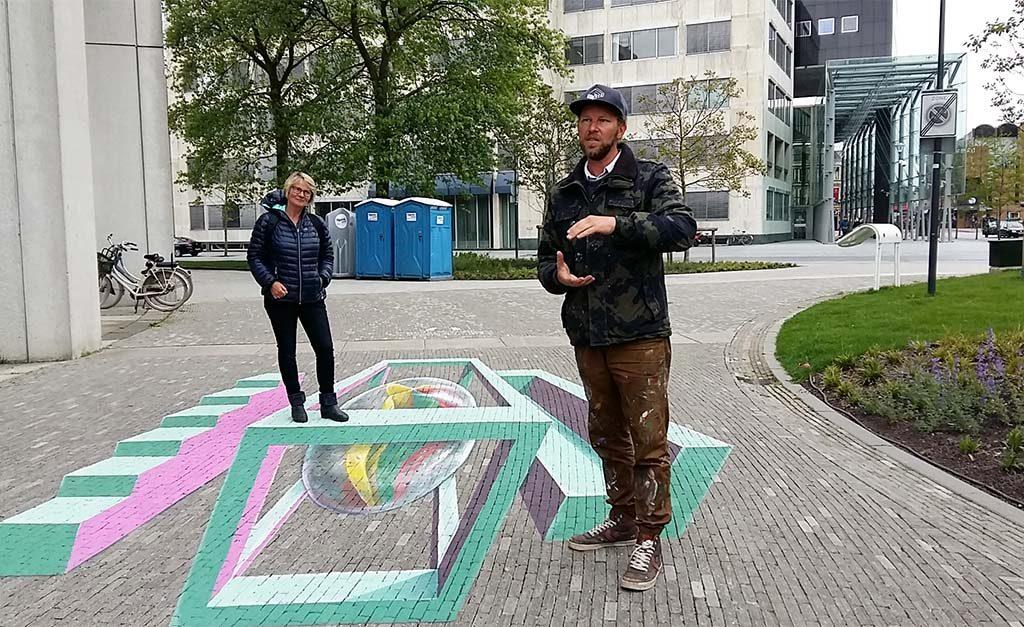 Planeet Escher 2e-werk-Leon-Keer-wijst-je-de-weg-Leeuwarden-foto-Wilma-Lankhorst.