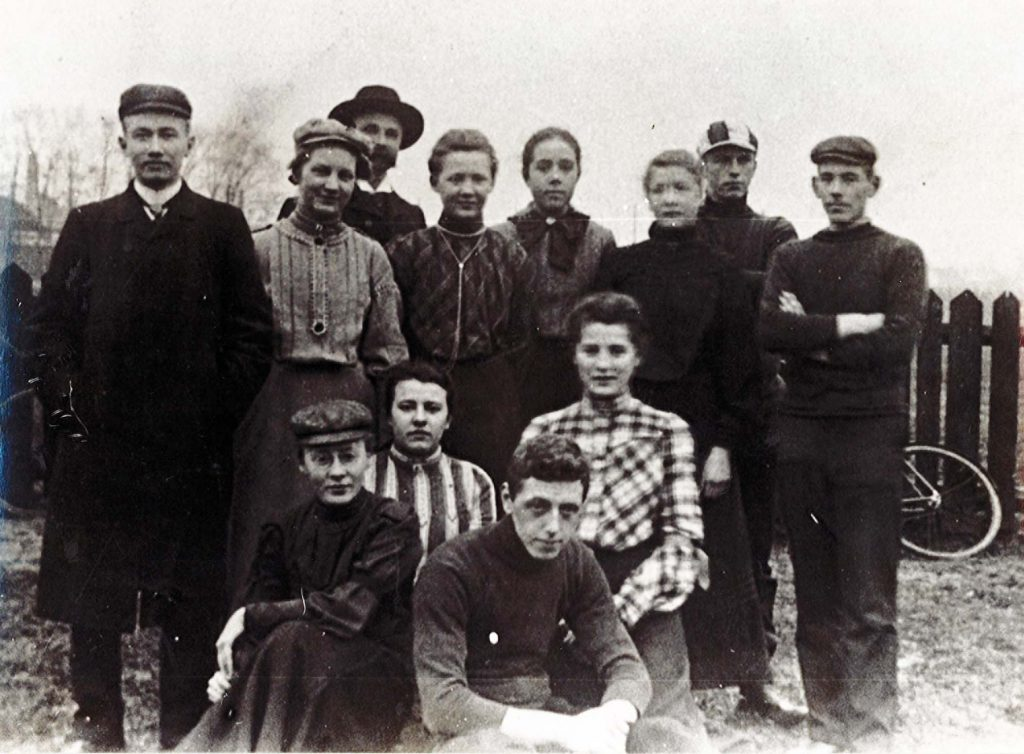 Alida_Pott-links-onder-zittend-zw-foto-groep-fietsers_1916_particuliere-collectie