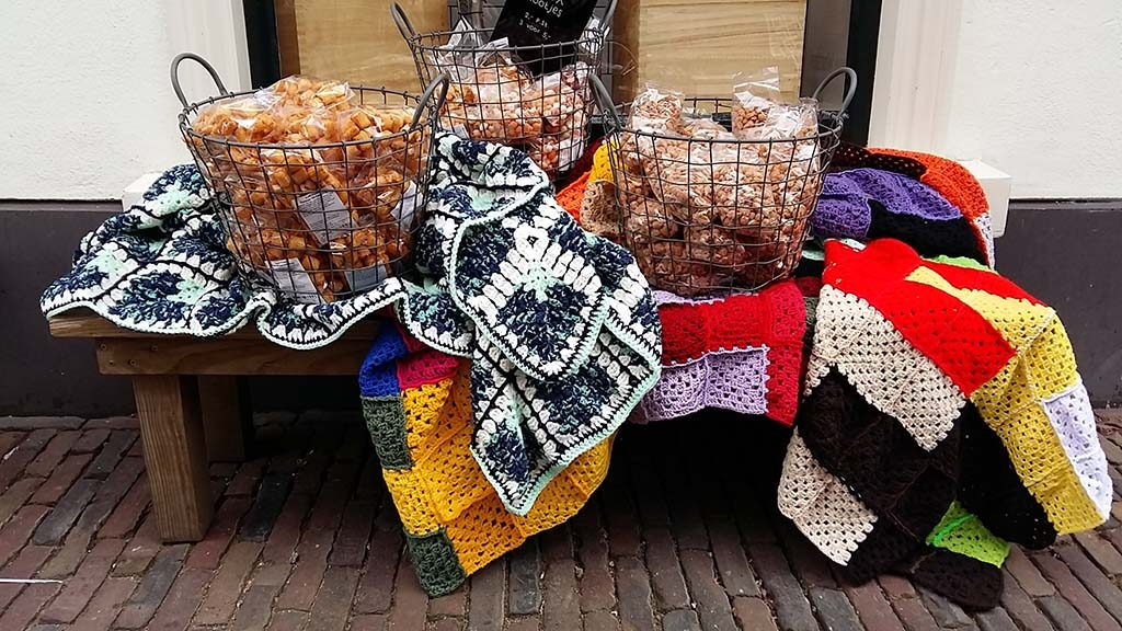 Escher_recordpoging_grootste-deken_ter_wereld-Kleine-Kerkstraat-foto-Wilma-Lankhorst
