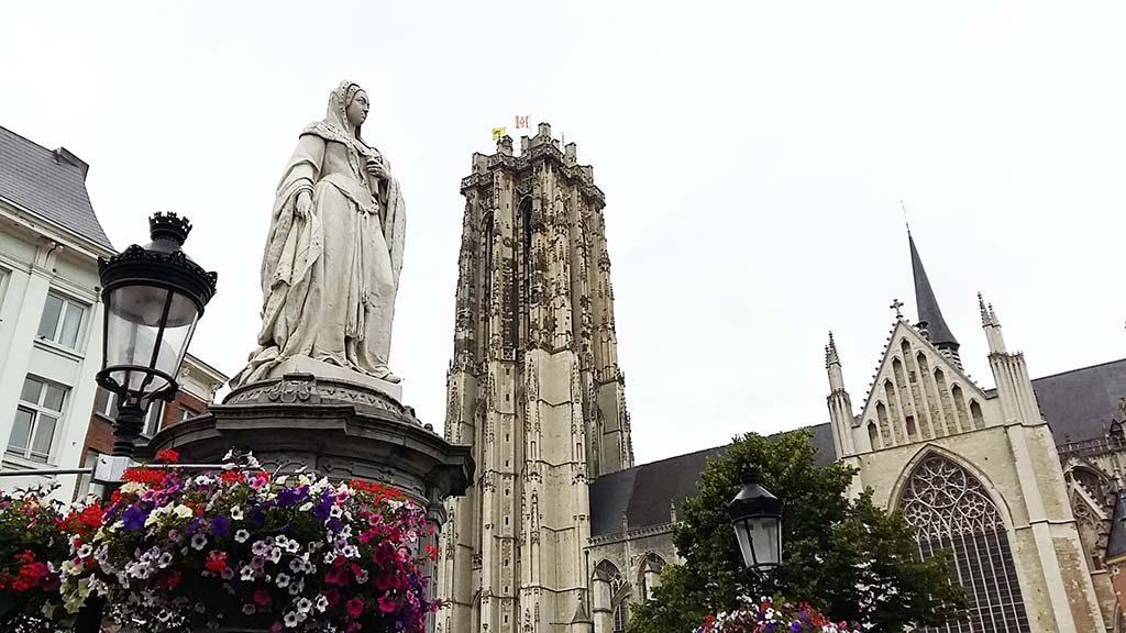 Mechelen_SiC_Margareta_van_Oostenrijk-met-r.-toren-van-de-St.-Rmbouts_foto-Wilma-Lankhorst
