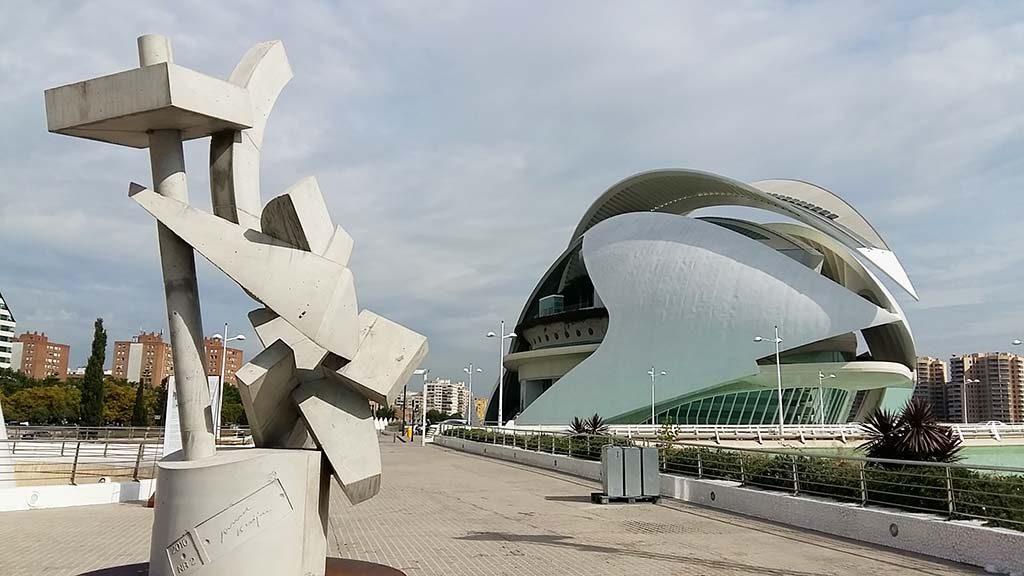 Valencia La-ciudad-de-las-artes_beeld-Ruud-Kuijer_achter-la-reina-Sophia-foto-Wilma-Lankhorst.j