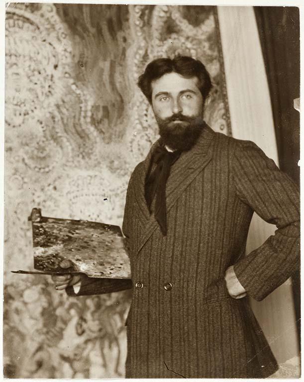 Jan-Sluijters-1881-1957-op-de-achtergrond-het-schilderij-Bal-Tabarin-Fotocollectie-RKD-Nederlands-Instituut-voor-Kunstgeschiedenis-Den-Haag