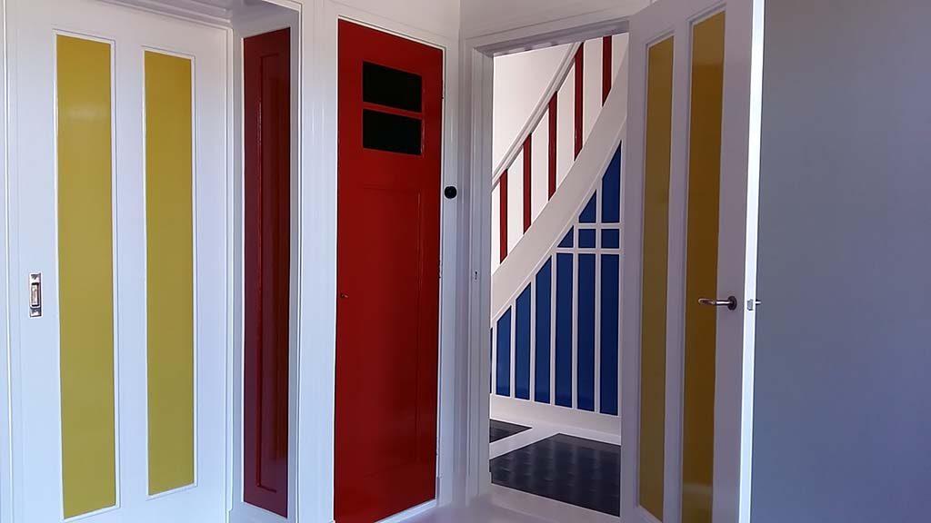 Drachten-Van-Doesburg-Rinsema-Huis-doorkijkje-kamer-naar-gang-met-trap-foto-Wilma-Lankhorst