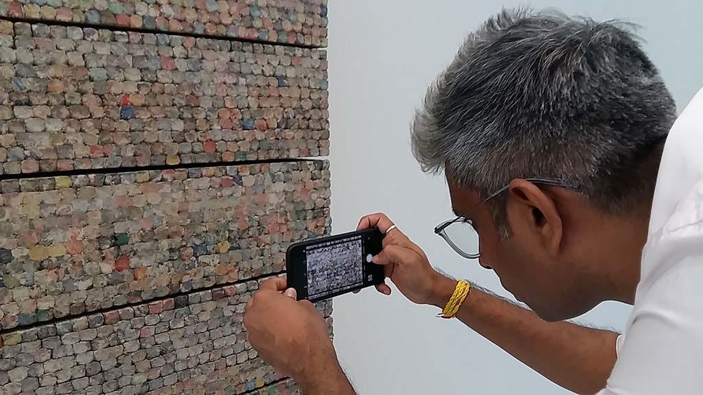 Manish Nai Capturing-Time-foto-van-Facebook-logo-in-zijn-eigen-kunstwerk-©Wilma-Lankhorst-2018.