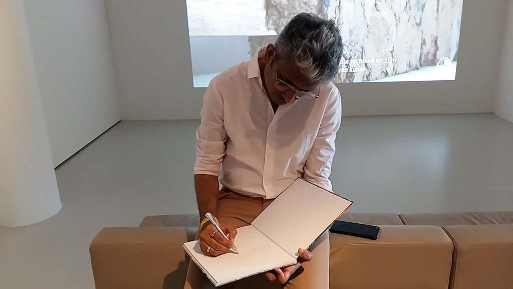 Manish_Nai-signeert-mijn-catalogus-foto-Wilma-Lankhorst