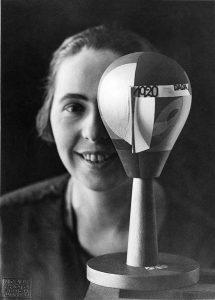 Metz_Sophie_Arp_Nic-Aluf-Sophie-Taeuber-Arp-avec-tête-Dada-Zurich-1920