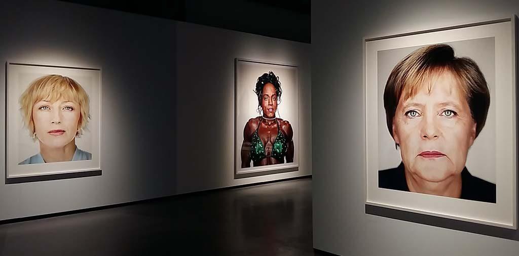 Rotterdam-Fotomuseum-Big-Heads-Angela-merkel-©Martin-Schoeller-foto-Wilma-Lankhors