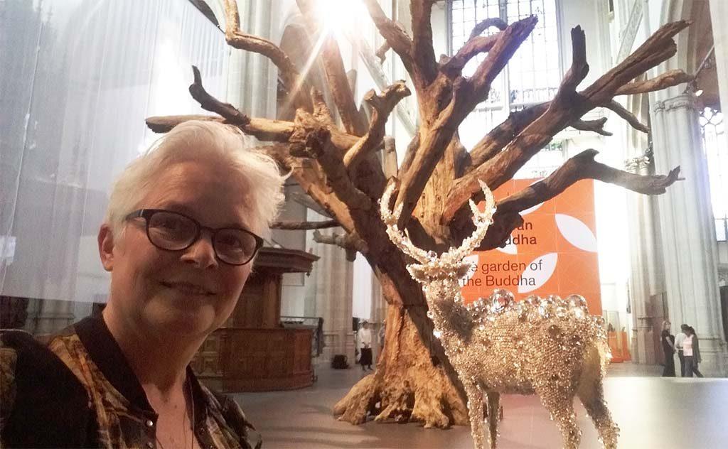 Boeddha-in-de-Nieuwe-Kerk-selfie-Wilma-Lankhorst