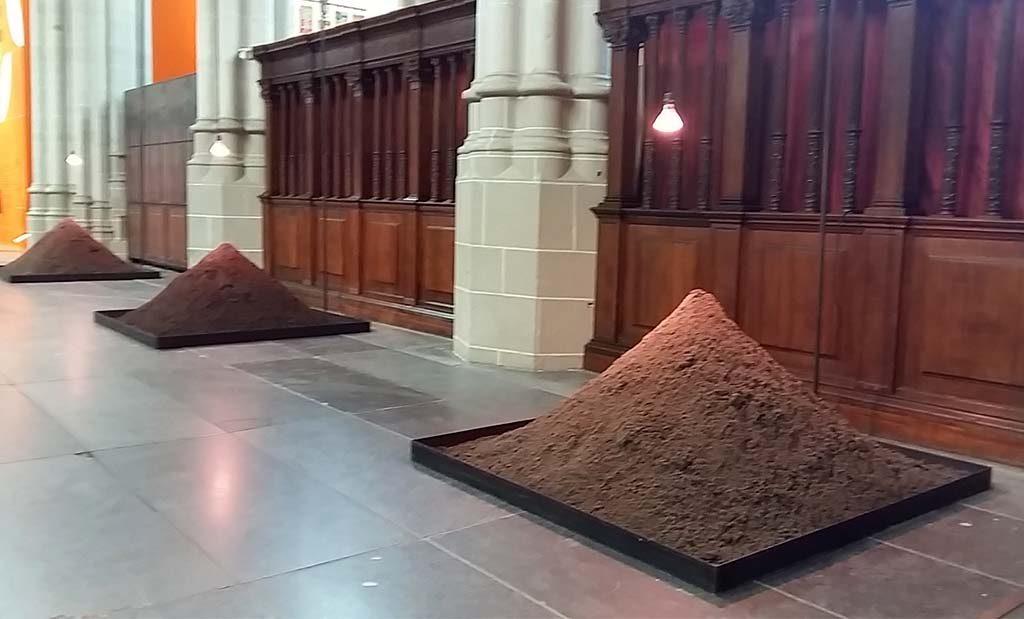 Boeddha_in_de_Nieuwe_Kerk Three-mounds-2018-©Yoko-Ono-foto-Wilma-Lankhorst.