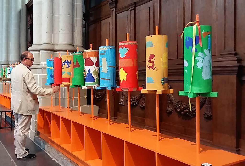 Boeddha-in-de-Nieuwe-Kerk_serie-gebedsrollen-schoolkinderen-Amsterdam-foto-Wilma-Lankhorst