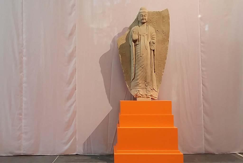 Boeddha-in-de-Nieuwe-Kerk_staande-Boeddha-eind-5e-eeuw-Wei-dynastie-foto-Wilma-Lankhorst
