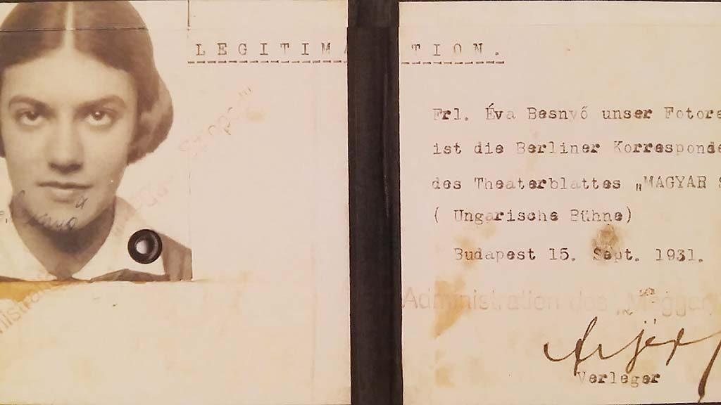 Eva-Besnyo-kopie-perskaart-Eva-Boedapest-1931-zaal-Boedapest-foto-Wilma-Lankhorst