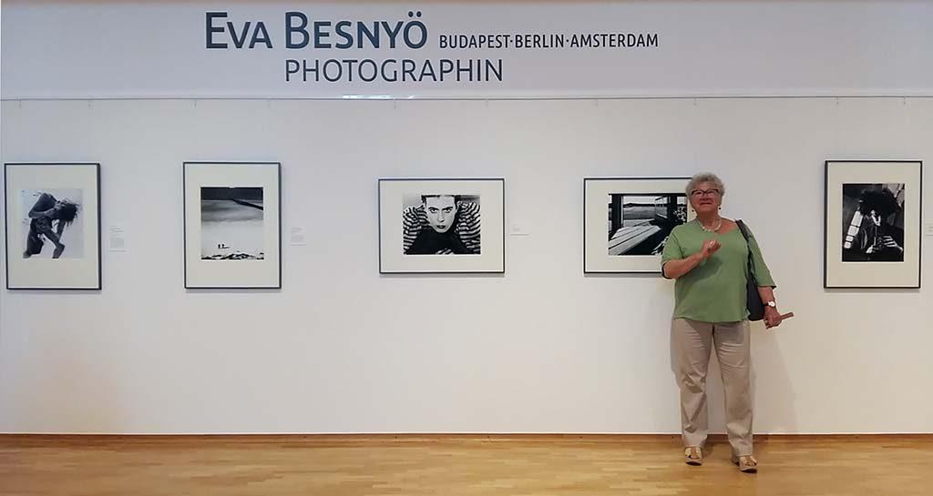 Eva-Besnyo-overzicht-expo-Keulen-met-dochter-Yara-Brusse-foto-Wilma-Lankhorst