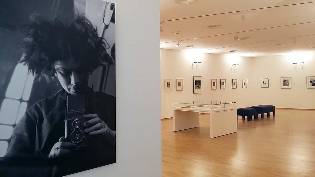 Eva-Besnyo-zelfportret-bij-binnenkostm-KK-Museum-en-zaal-Boedapest-foto-Wilma-Lankhors