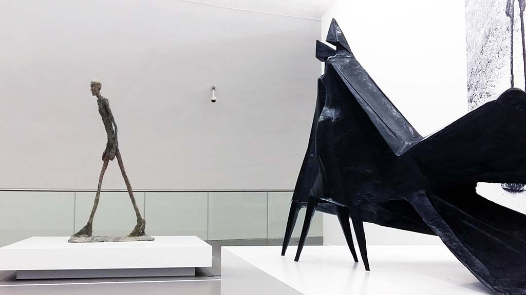 Giacometti_en_Chadwick-Lopende-Man-1960-Giacometti-en-detail-maquette-Jubileum-II-1983-Chadwick-foto-Wilma-Lankhorst