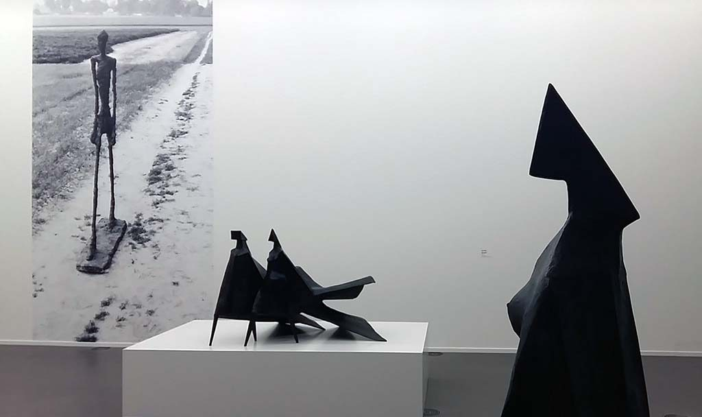 Giacometti_en_Chadwick-Lopende-Man-1960-Giacometti-en-model-Jubileum-II-1983-Chadwick-foto-Wilma-Lankhorst