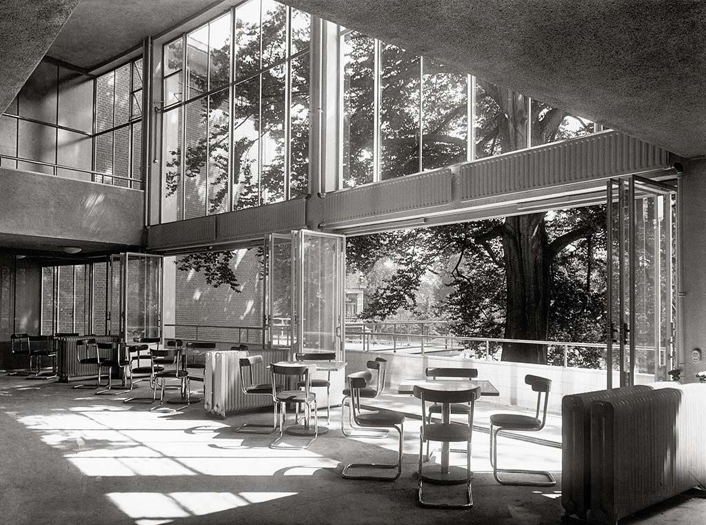 Hilversum-kantine-AVRO-radio-studio-1936-LR_©-Eva-Besnyo_Maria-Austria-Instituut