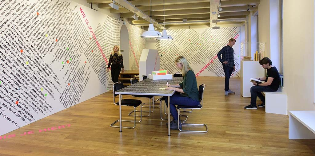 1001-vrouwen-in-de-20ste-eeuw_-interactieve-zaal-in-het-Amsterdam-Museum