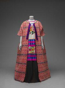 Frida Kahlo-Guatemala katoenen-mantel-met-Mazatec-huipil-en-rok.-Museo-Frida-Kahlo-Banco-de-México