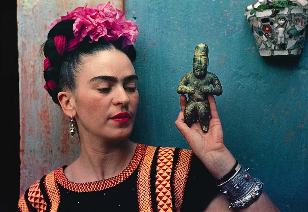 Frida_Kahlo-met-Olmec-figuur (1939)-foto-Nickolas-Muray