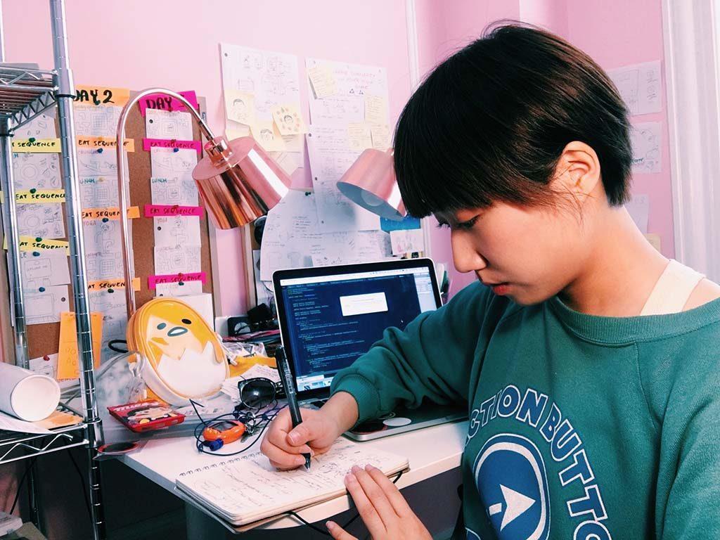 Videogames-Victoria-en-Albert-Museum-Jenny-Jiao-Hsia-in-her-workplace-2017-©-Jennifer-Jiao-Hsia