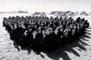 Rapture-film-still-1999-foto-Larry-Barns-©-Shirin-Neshat-courtesy-de-kunstenaar-en-Gladstone-Gallery
