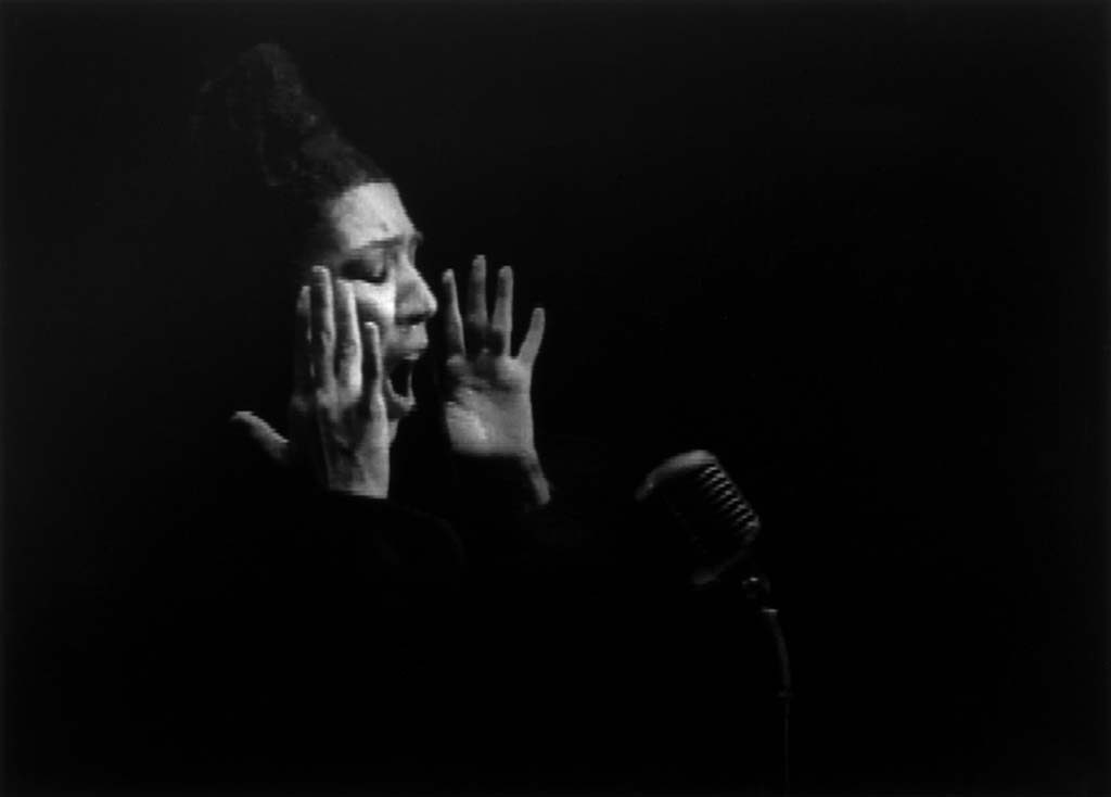 Shirin Neshat Turbulent_vrouw-Turbulent-film-still-1998-©-Shirin-Neshat-courtesy-de-kunstenaar-en-Gladstone-Gallery
