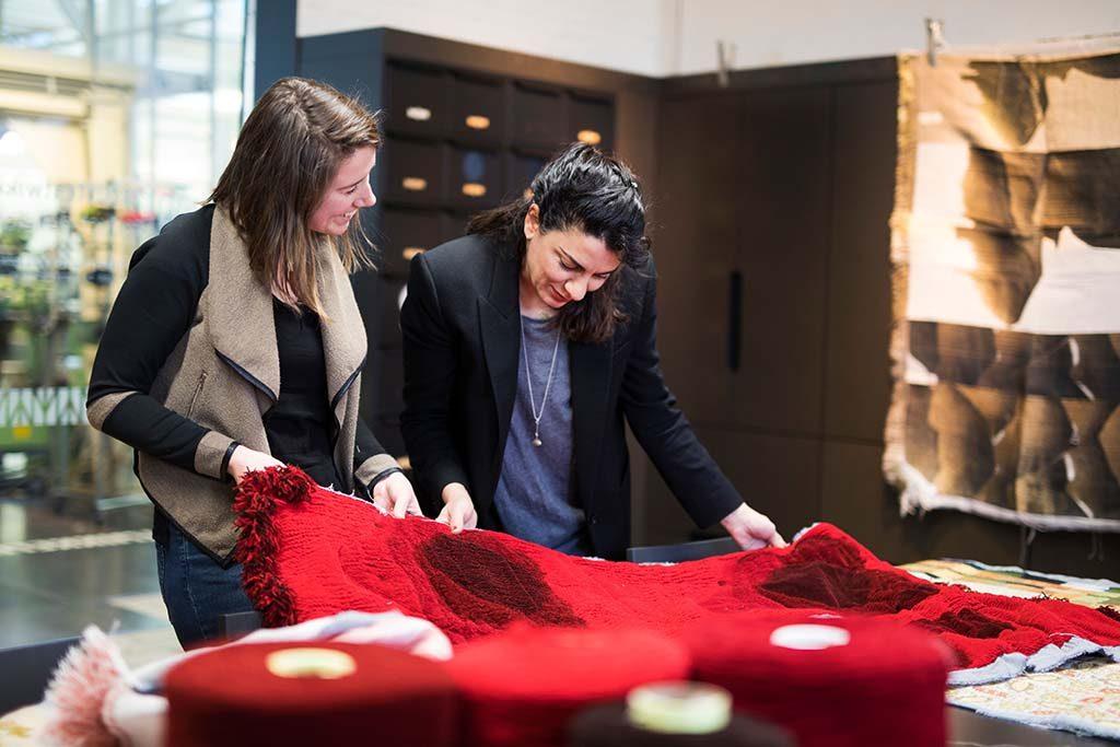 Red-Thread-2018-maakproces-Eylem-Aladogan-en-TextielMuseum-foto-Tommy-de-Langei.o.v.-TextielMuseum