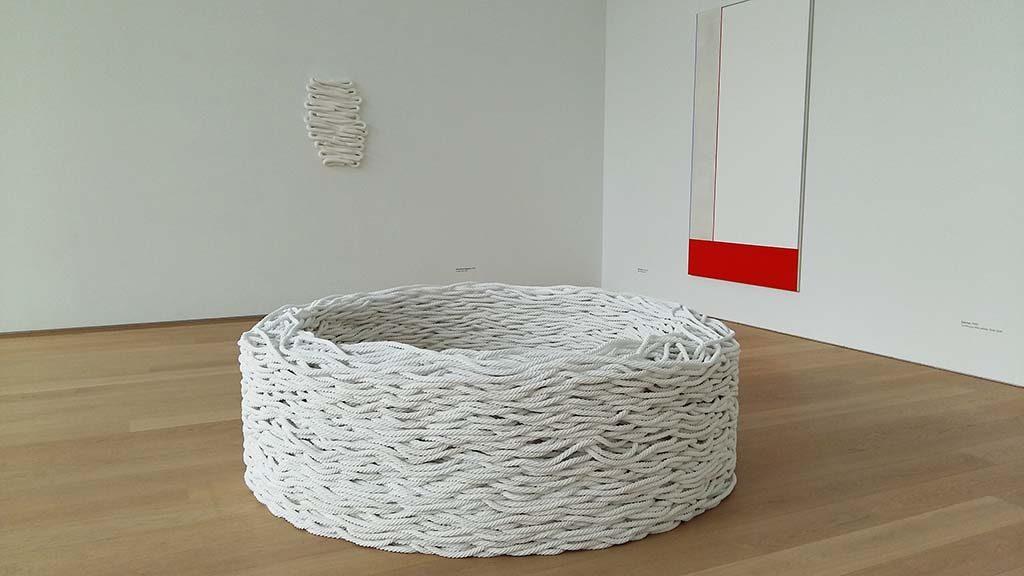 Museum Voorlinden Continuous-Mile-white-2006-2018-©Liza-Lou-en-achter-zonder-titel-1993-2013-©Anna_Maria_Maiolino-foto-Wilma_Lankhorst