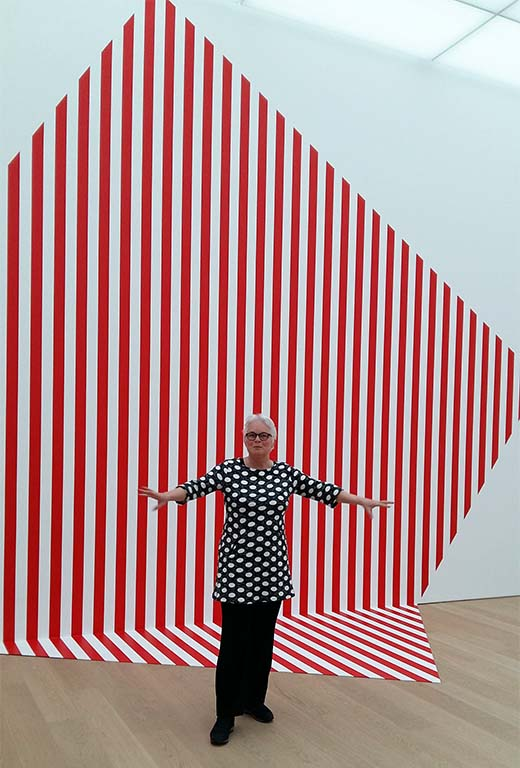 Voorlinden_Less_is_More_-De-travers-et-trop-grand-rouge-2018-©Daniel-Buren-foto-Wilma-Lankhorst