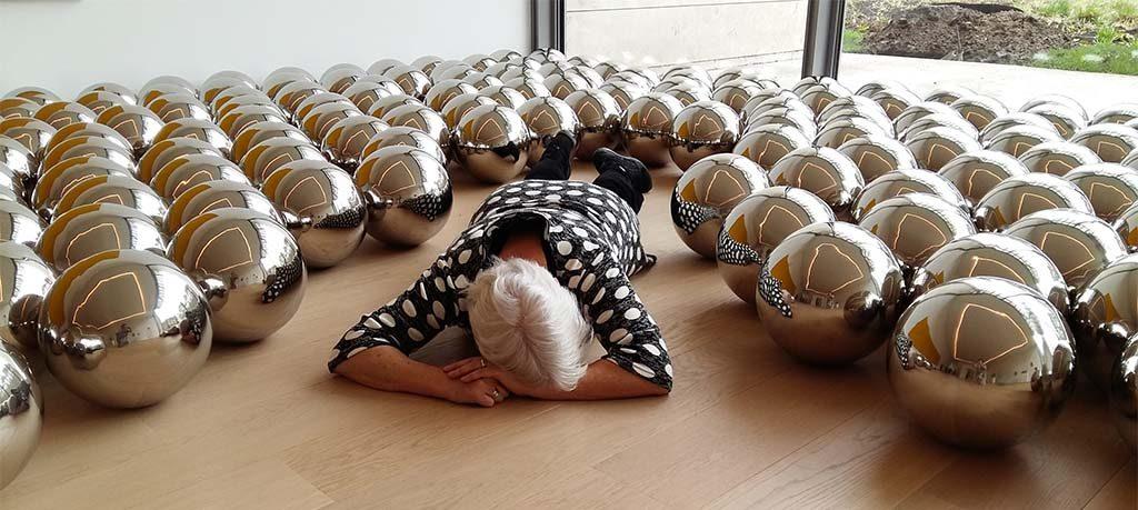Yayoi_Kusama_Narcissus-Garden-1966-2010-foto-Wilma-Lankhorst