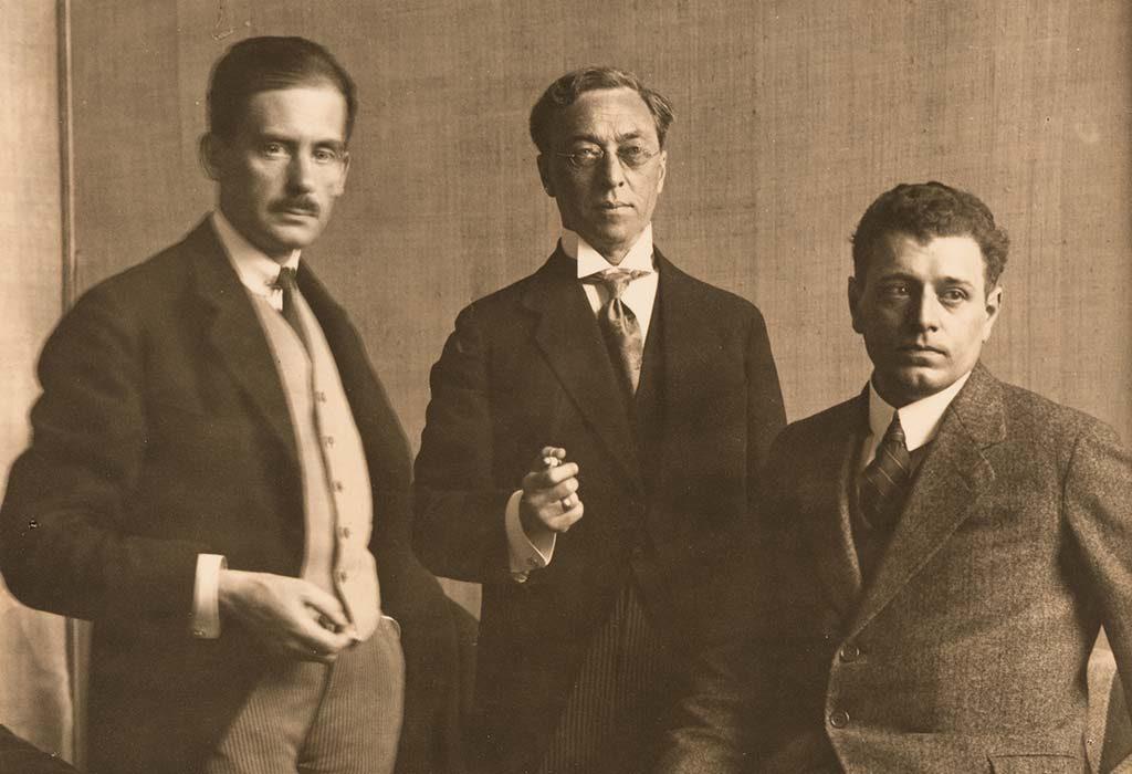 V.l.n.r.-Walter-Gropius-Wassily-Kandinsky-en-J.J.P.-Oud-tijdens-de-Bauhaus-tentoonstelling-in-Weimar-1923