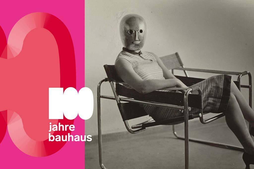 Bauhaus_100_Frau-im-Clubsessel-B3-von-Marcel-Breuer-1927-Masker-Oskar-Schlemmer-jurk-Lis-Beyer-foto-Arieh-Sharon-1962.