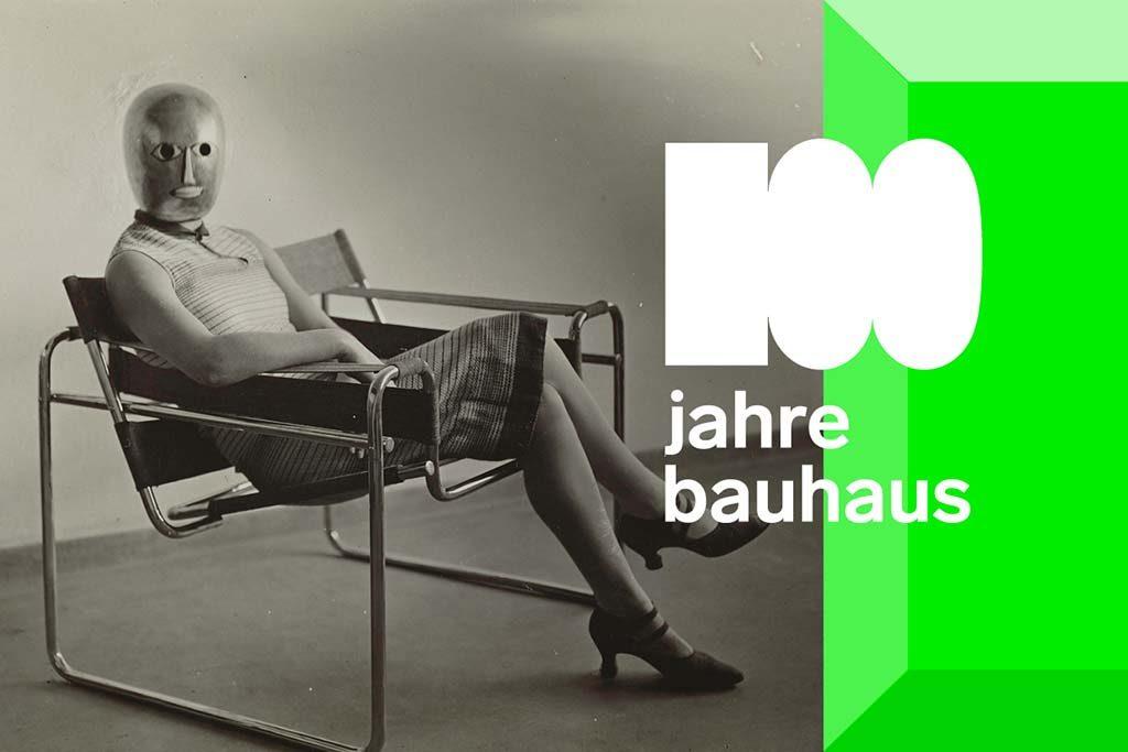 Bauhaus_100_Frau-im-Clubsessel-B3-von-Marcel-Breuer-1927-Masker-Oskar-Schlemmer-jurk-Lis-Beyer-foto-Friederike-Holländer-2017
